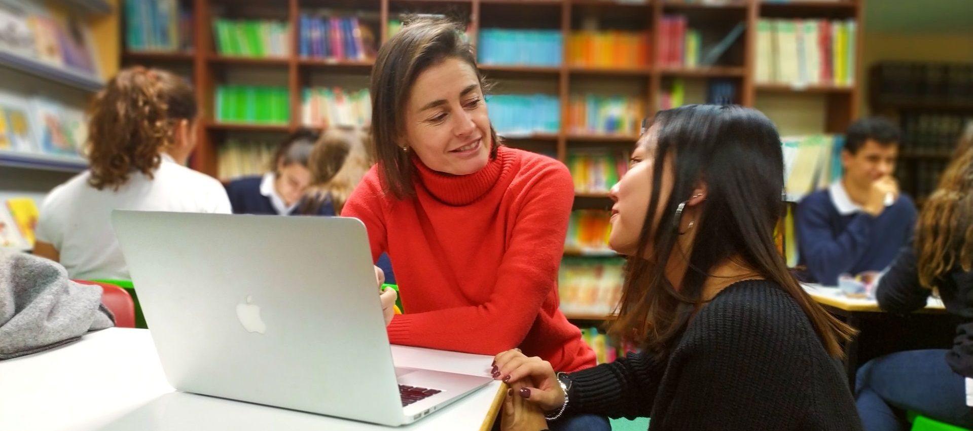 Nina y estudiante en biblioteca